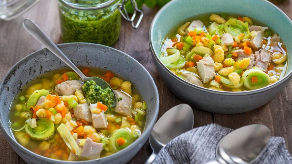 Hühnereintopf mit Knöpfle und Lauch-Cashew-Pesto