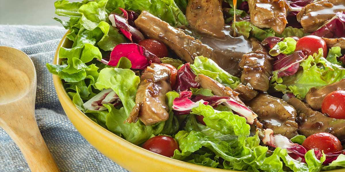 Ensalada de lomo de cerdo caramelizado con vinagre balsámico