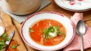 Tomatensuppe mit Sahne-Rucola-Topping