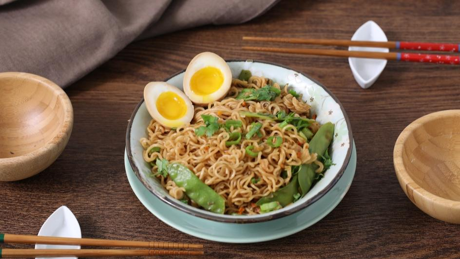 Yakisoba Chili, uova marinate, edamame e cipollotto