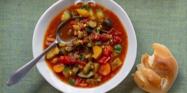 Toskańska zupa z bakłażanem, cukinią i papryką