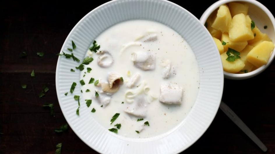 Zupa śledziowa podawana na zimno z gorącymi ziemniakami