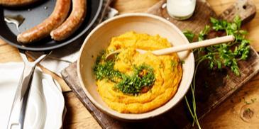 Kürbis-Kartoffelstampf mit Bratwürsten