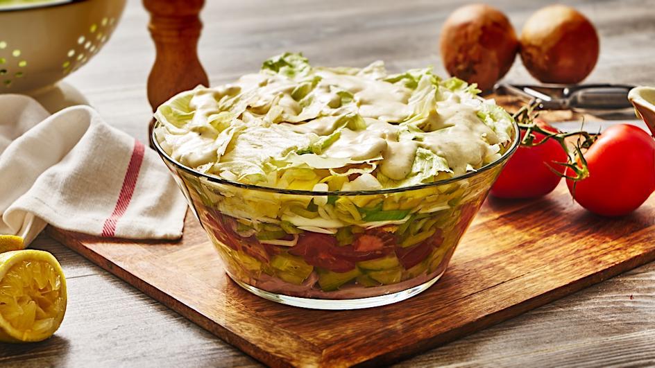 Schichtsalat mit Mayo-Meerrettichsauce