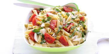 Pastasalade met feta, groene olijven en tomaat