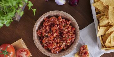Meksikietiška salsa su kukurūzų traškučiais