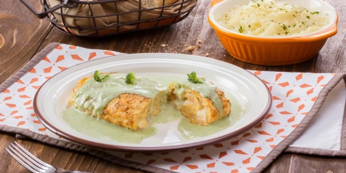 rollitos de pollo con queso en salsa  de brócoli