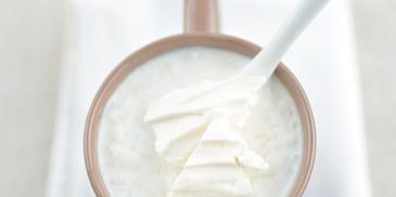 Zupa migdałowa z ryżem i pokruszoną bezą