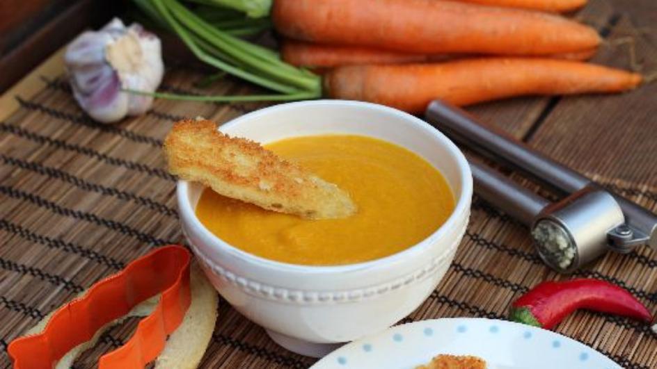 Ostra zupa z marchewki z chili