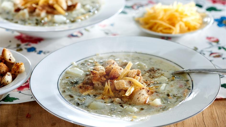 Zupa ogórkowa z serowymi grzankami