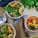 Zielona zupa jarzynowa z brukselką i makaronem