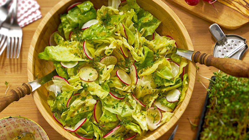 Kopfsalat mit Radieschen und Kresse