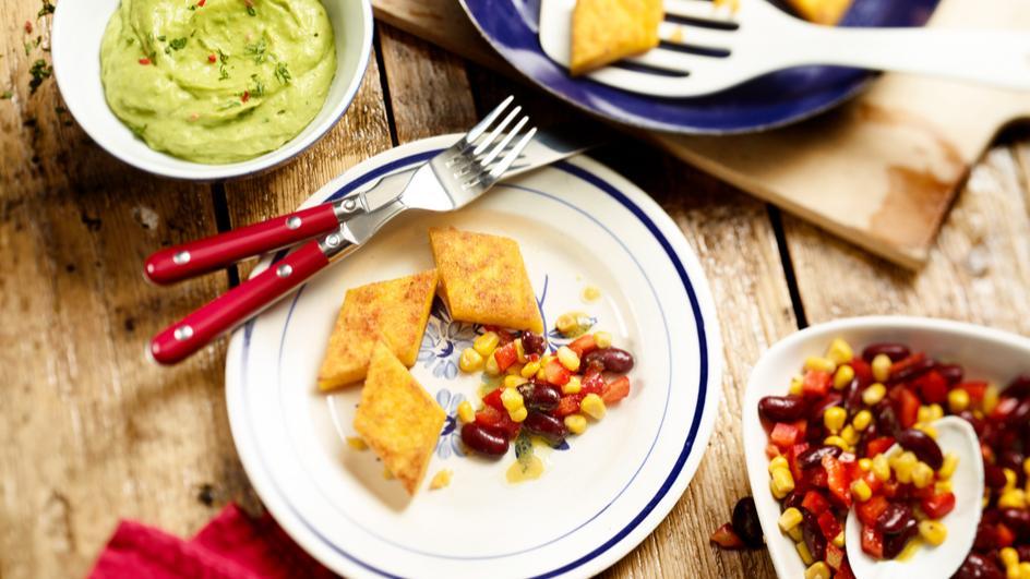 Polentaschnitten mit Guacamole und Bohnensalat