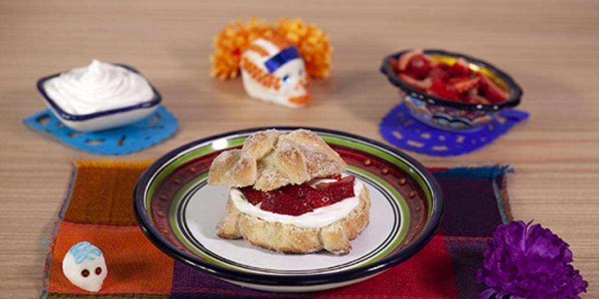 Pan de muerto relleno de nata y fresa