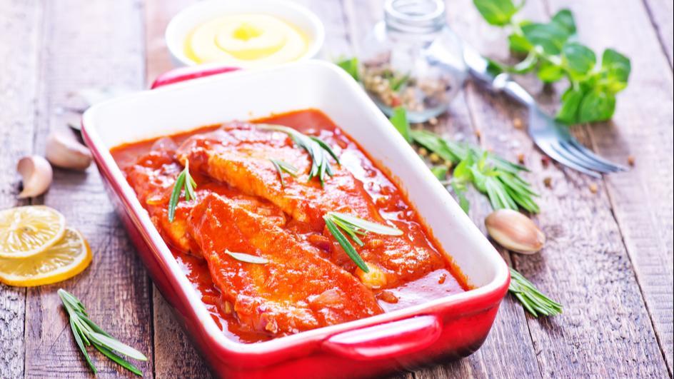 Hering cu sos tomat la cuptor