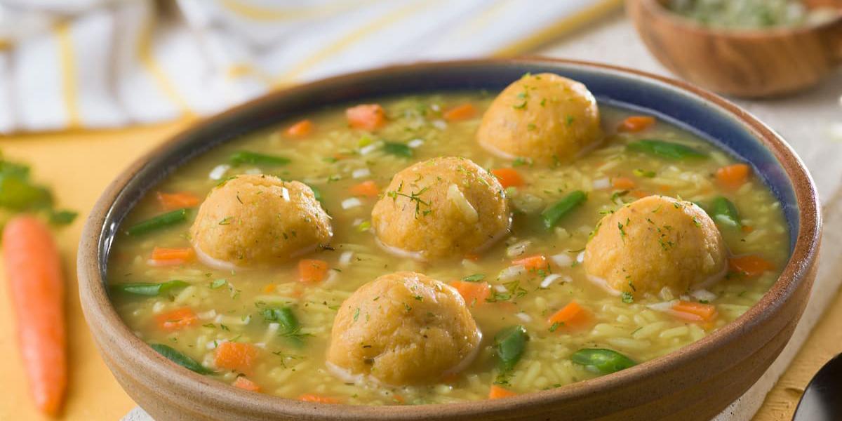 Sopa de albóndigas de verde