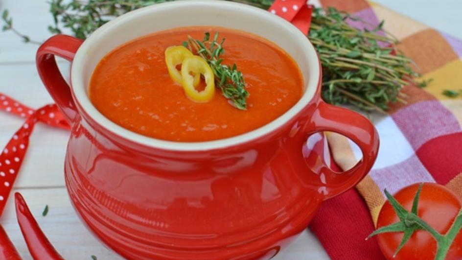 Pikantna zupa krem z papryki pieczonej z pomidorami i świeżym tymiankiem