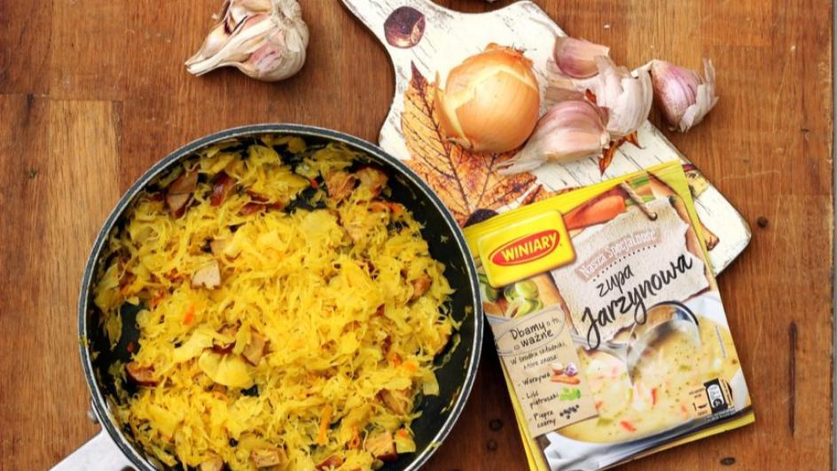 Kapuśniak z kiszonej kapusty z ziemniakami i kiełbasą