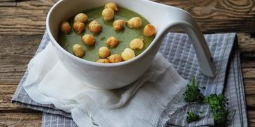 Kremowa zupa z brokułów z groszkiem ptysiowym