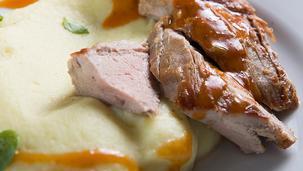 Χοιρινό φιλέτο με πουρέ και σάλτσα πάπρικα