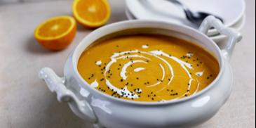 Wegańska zupa krem z marchewki z batatami i czarnuszką