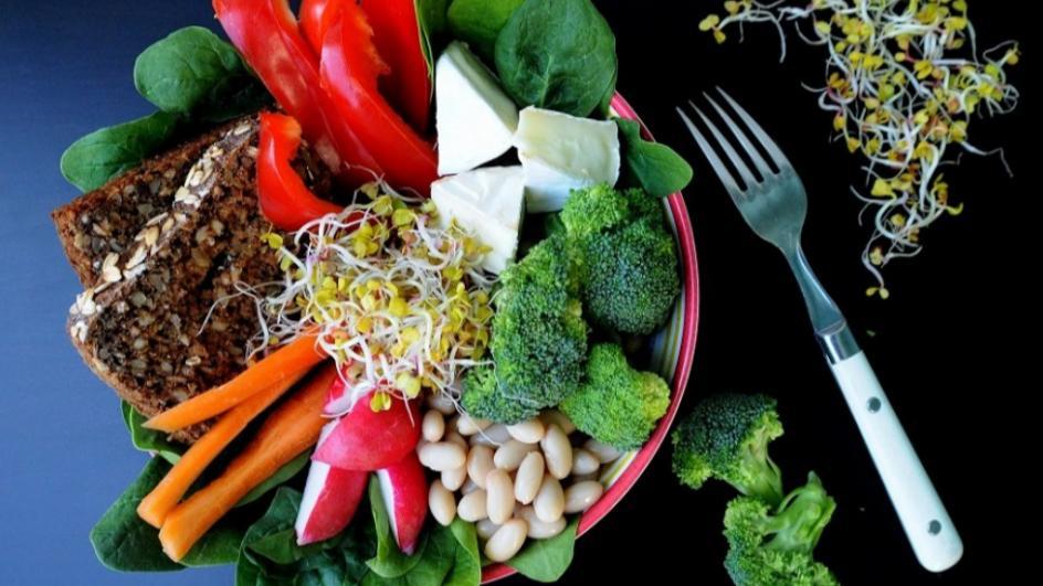 Lunch bowl z rzodkiewkami i brokułami