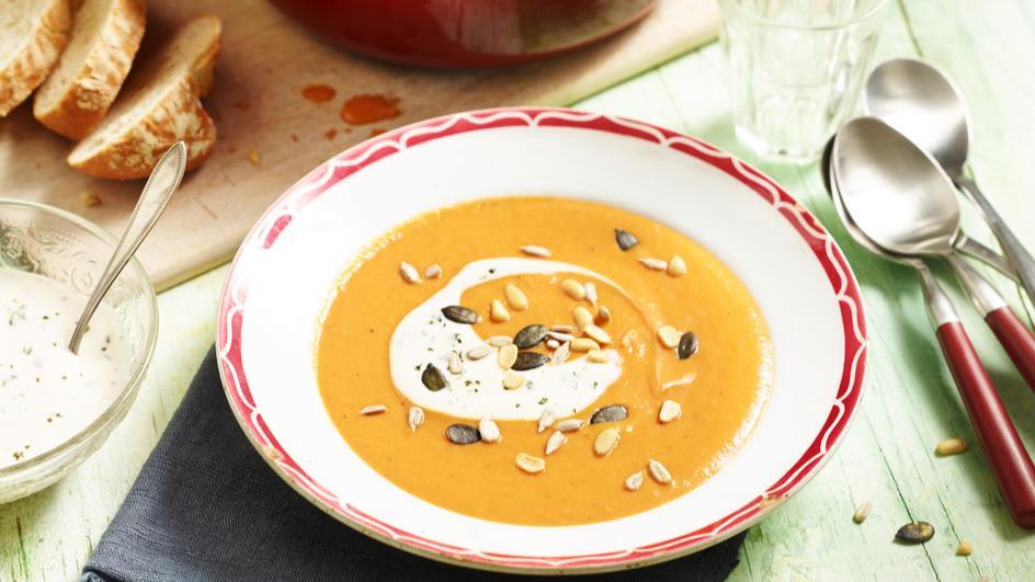 Tomaten-Mango-Suppe mit Soja-Joghurt-Topping