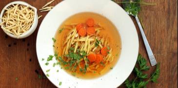 Rosół wegetariański z pieczonych warzyw