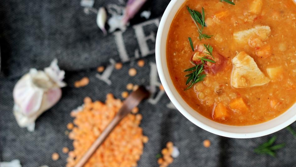 Zupa z soczewicy z pomidorami i kurczakiem
