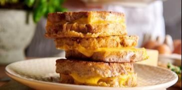 Grzanki z jajkiem i żółtym serem