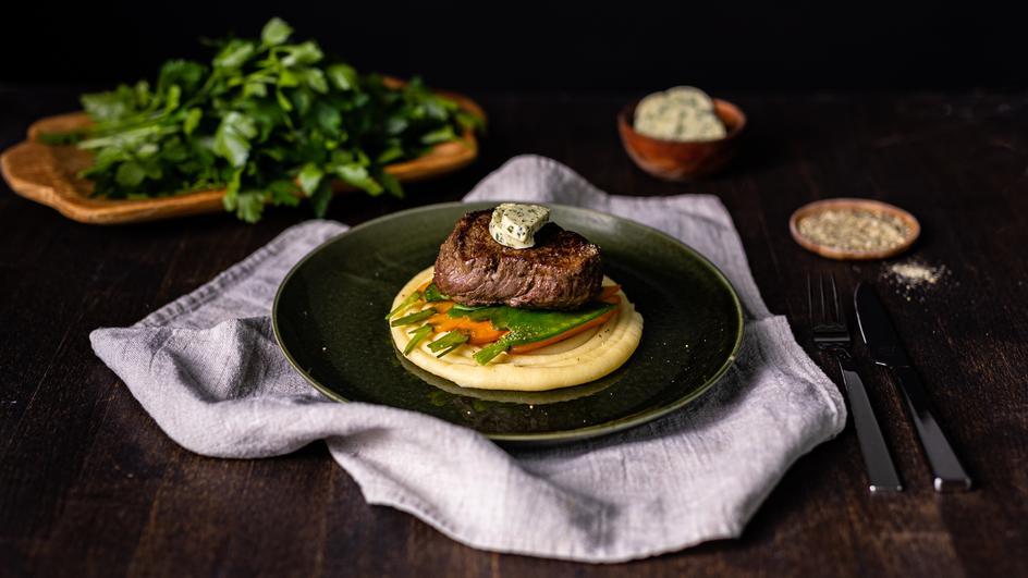 Rinderfilet auf Kartoffelpüree und Honiggemüse