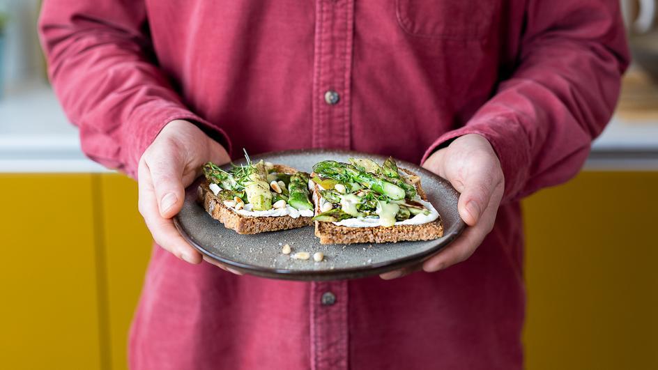 Spargel-Toast mit Hollandaise
