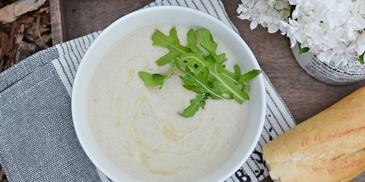 Zupa krem z topinamburu z mlekiem kokosowym i rukolą