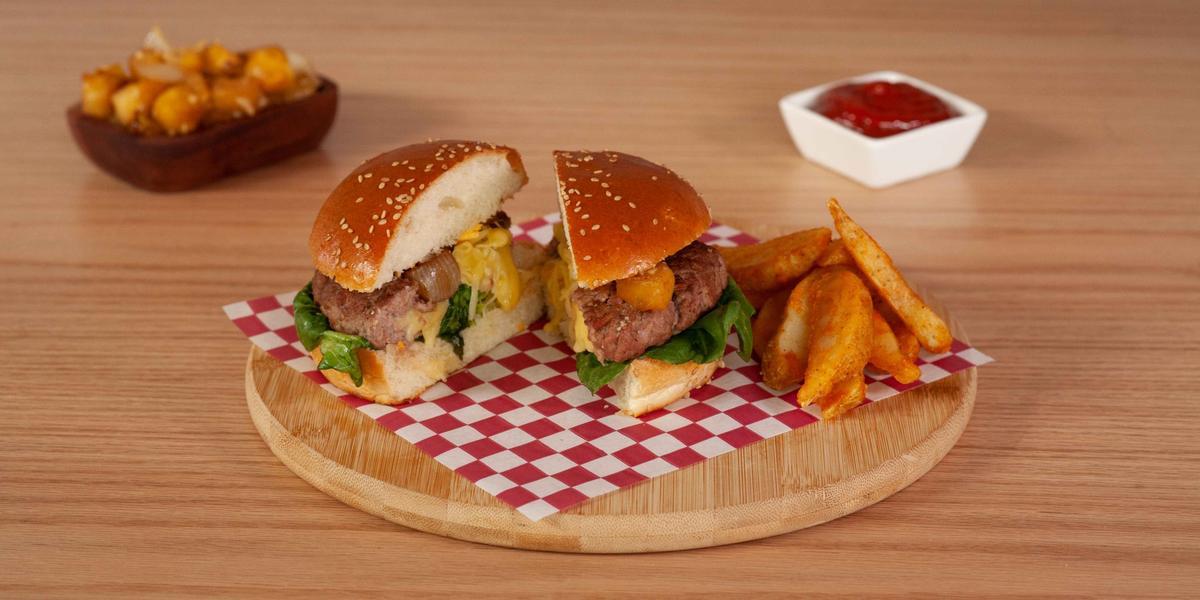 Hamburguesa rellena de queso con salsa de piña