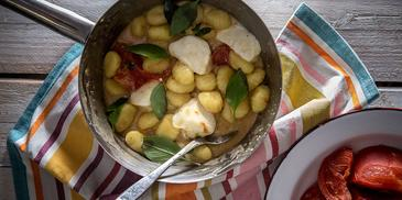 Νιόκι πατάτας με φρέσκια μοτσαρέλα και ψητή τομάτα
