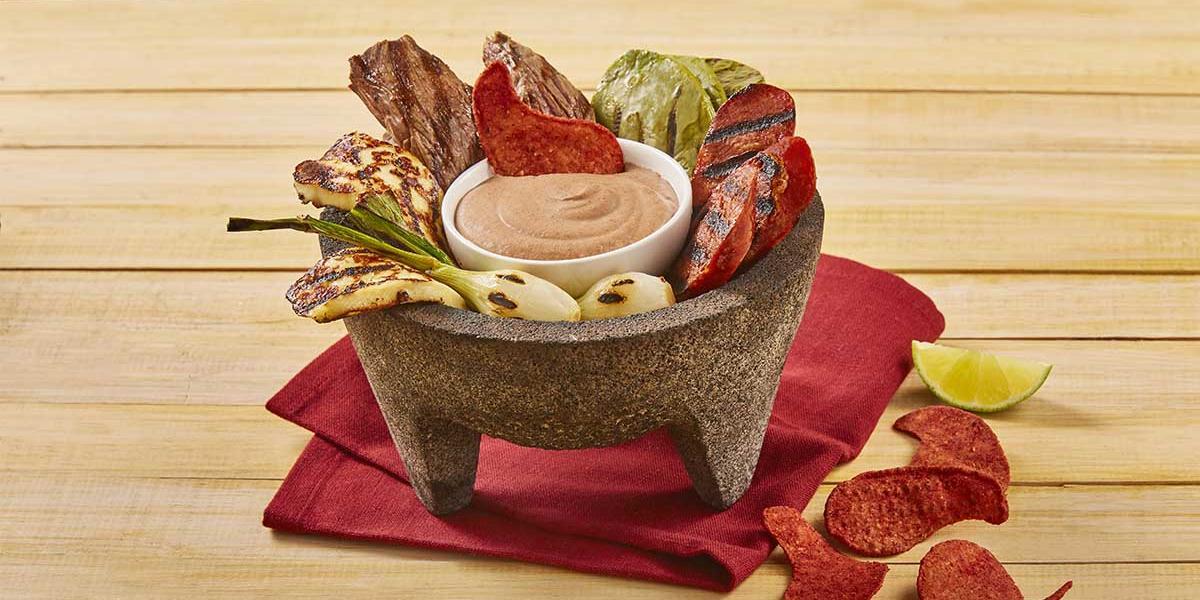 Molcajete con salsa de frijol y chorizo