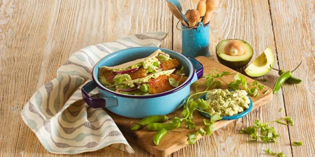 Tacos de pescado con aderezo de aguacate