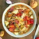 Zupa z młodej kapusty ze smażonym chorizo i pomidorami