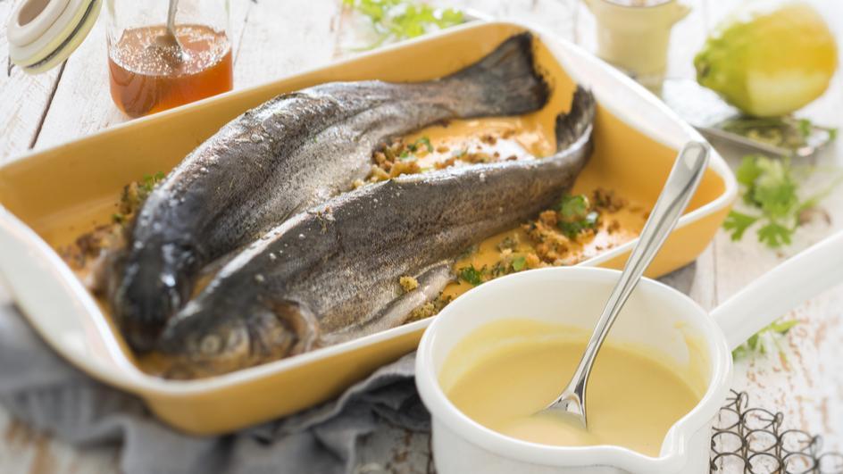 Forelle mit Petersilien-Butter-Füllung und Honig-Senf-Sauce
