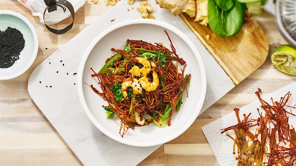 Soba-Nudelsalat mit gebackenen Enoki-Pilzen und Garnelen