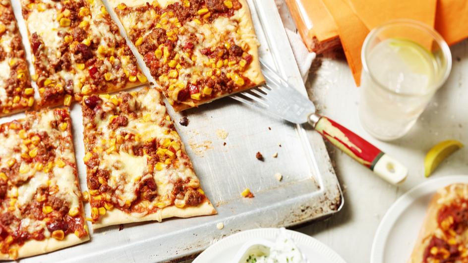 Pizza mit Mais und Faschiertem