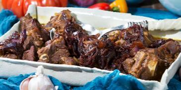 مرقة اللحم مع البصل المكرمل والتمر