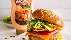 Domowy burger drobiowy z serem cheddar i kiełkami