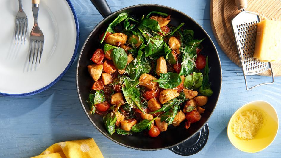 Schnelle Hühner-Pfanne mit Tomaten und Spinat