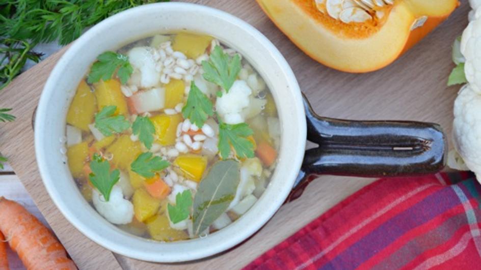 Jesienna zupa jarzynowa z dynią i kaszą pęczak