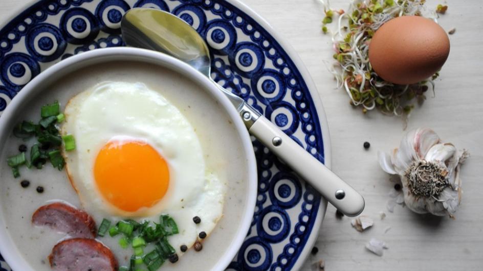 Barszcz biały z jajkiem sadzonym i karmelizowaną cebulą