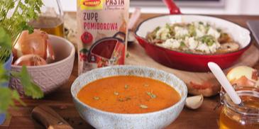 Zupa pomidorowa z pieczonymi paprykami i z grzankami