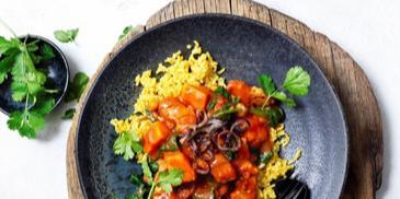 Curry mit gegrillten Süsskartoffel, Spinat und Kichererbsen