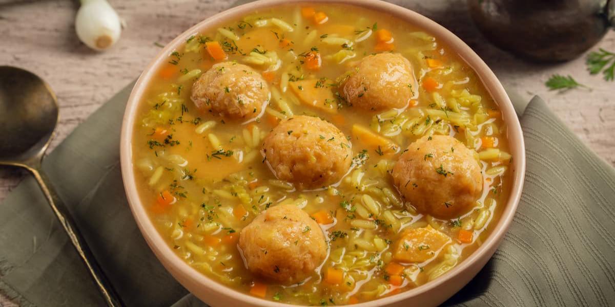 Sopa de bolas de verde