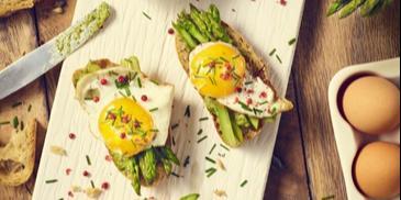 Szparagi z jajkami sadzonymi na grzankach